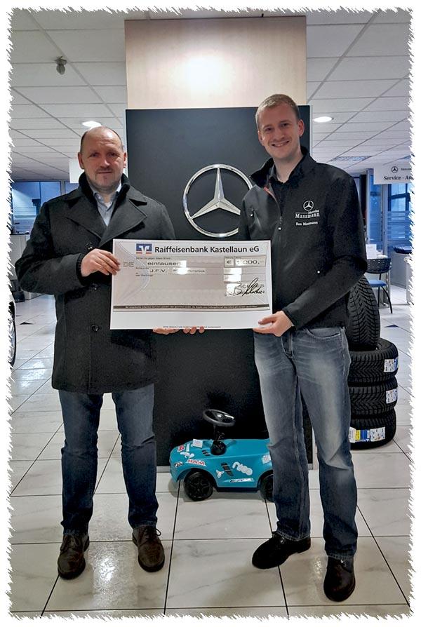 Spendenübergabe durch Ben Massmann (rechts im Bild) vom Autohaus Massmann in Kastellaun an den Vertreter des JFV, Jörg Jakobs